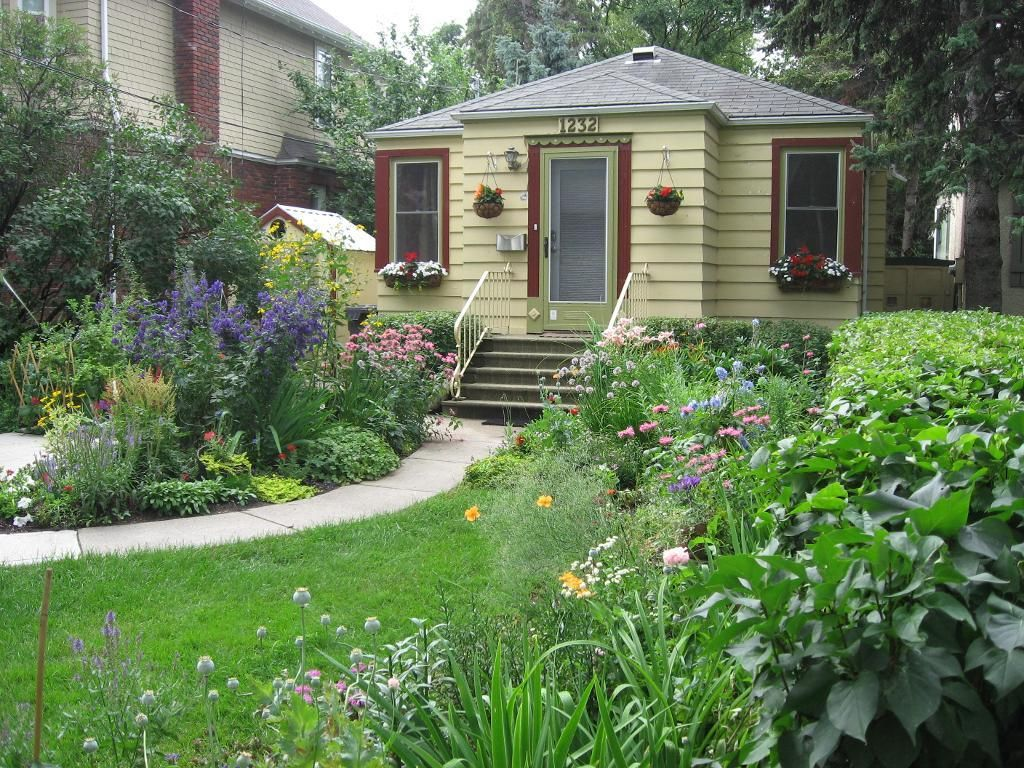 Cute Little House With A Beautiful Garden Small Can Be Nice Too Cute Little Houses Front Garden Beautiful Gardens