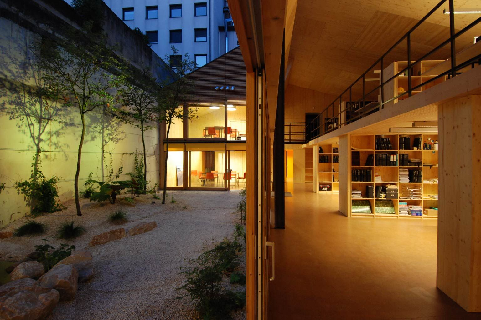 clairage de bureaux d une agence d architectes lyon les claireurs couloir pinterest. Black Bedroom Furniture Sets. Home Design Ideas
