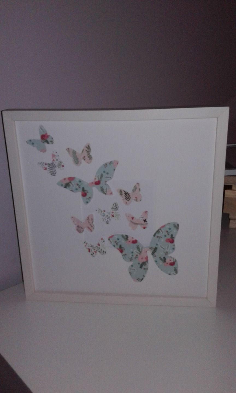 Cadre en bois blanc et envolée de papillons aux couleurs douces : Décorations murales par ma-marotte