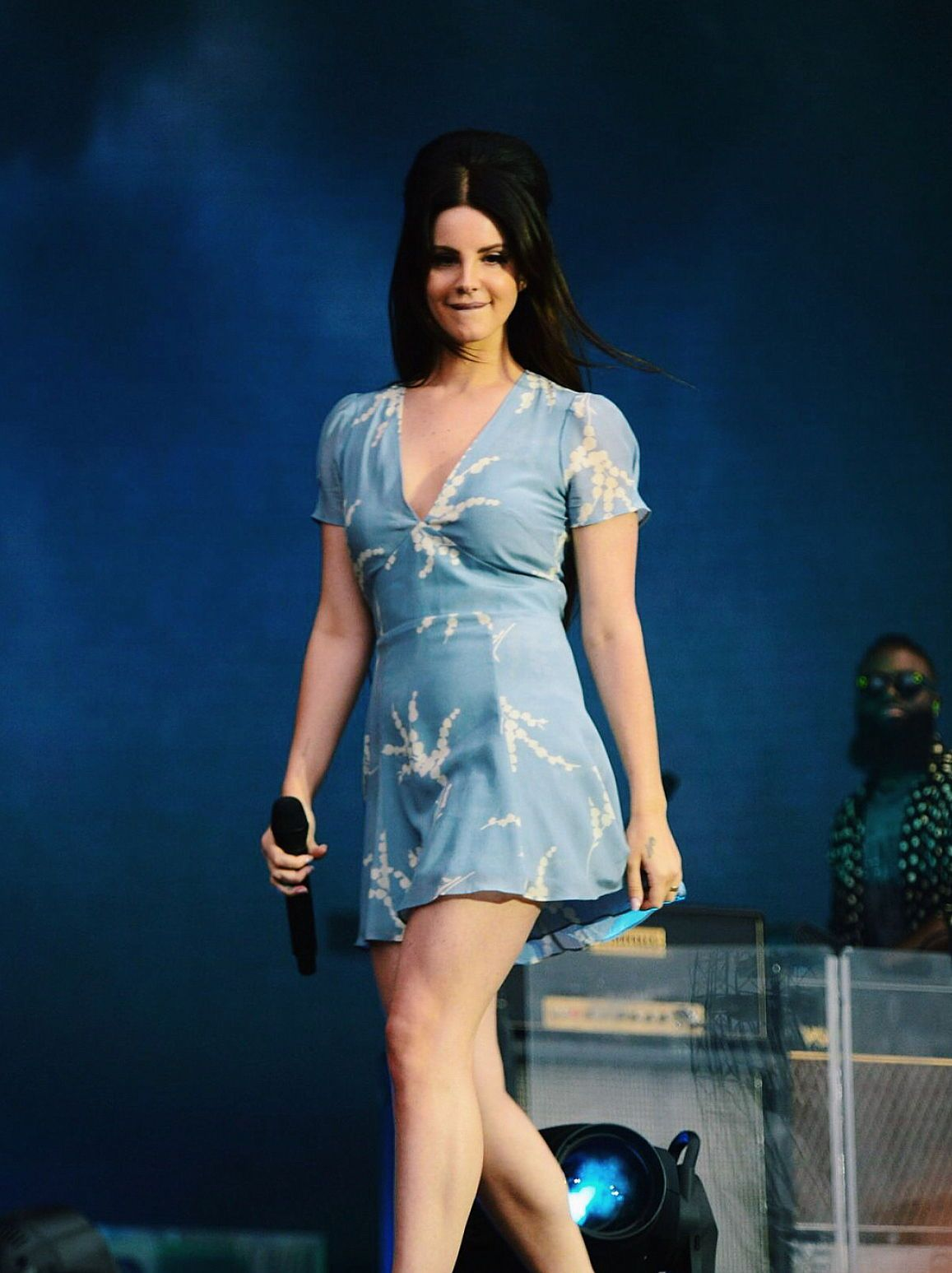 Lana Del Rey On Stage Wearing A Beautiful Blue Summer Mini Dress Lanadelrey Lana Del Rey Faldas Cortas Faldas