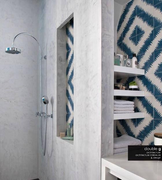 Neste banheiro o destaque fica para os azulejos, que dão vida às cores neutras do ambiente. Curtiram?   Imagem e projeto: Double G Architecture & Design