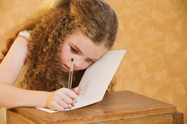 Nina escribiendo