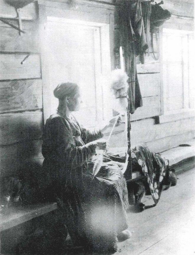 Пряха за пряжей шерсти в избе. Фото Л.В. Костикова и А.Н ...