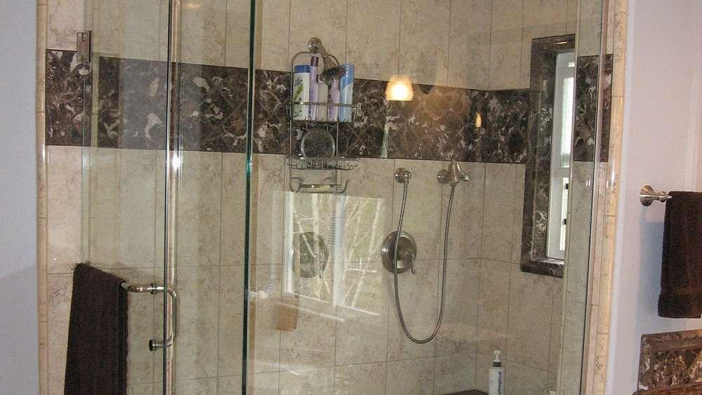 So reinigen Sie die Duschkabine blitzblank mit genialen
