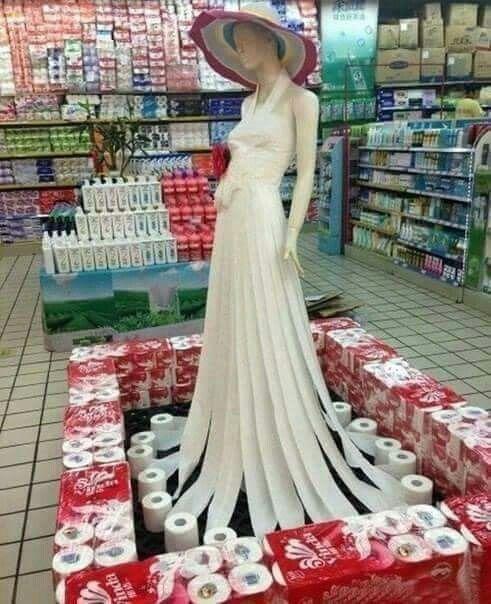 Vestido de noiva feito de papel higiênico