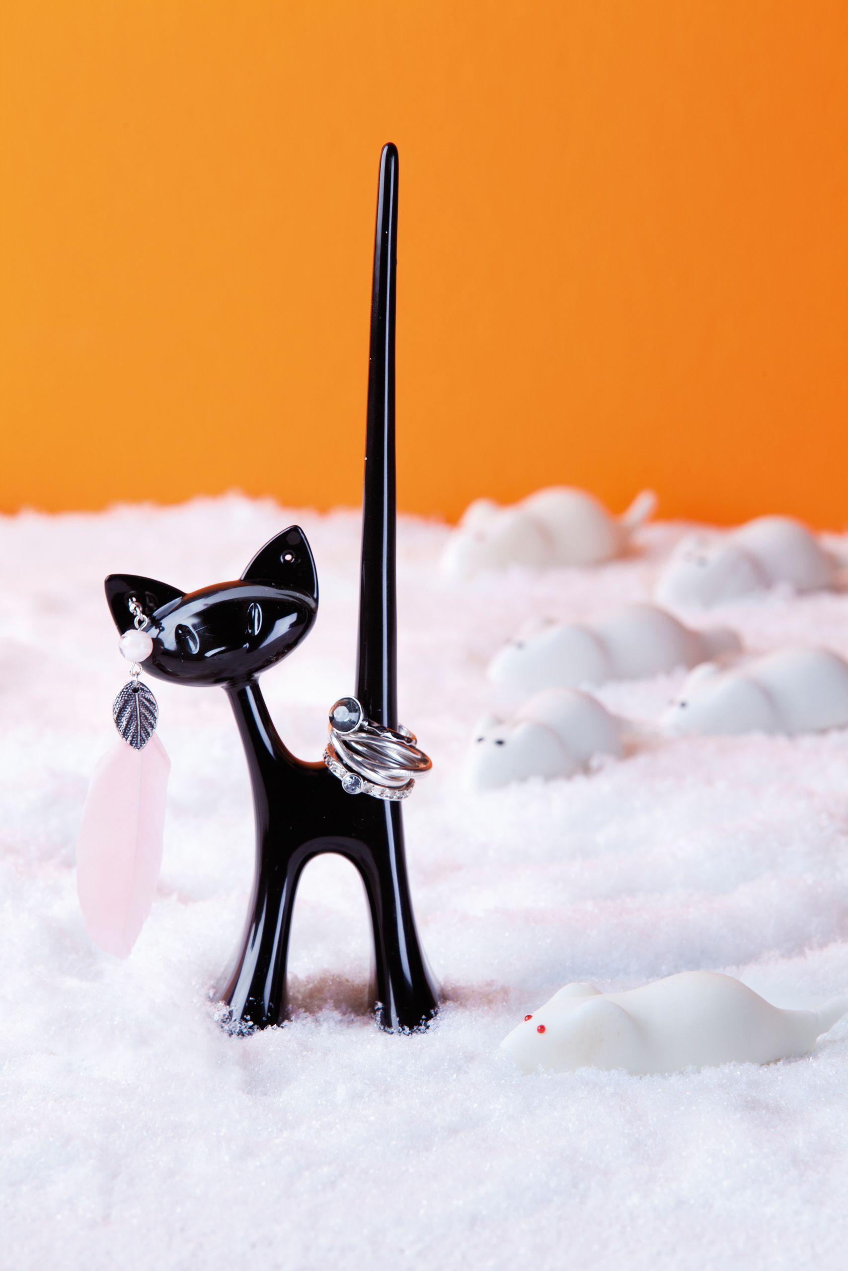 """""""What's New, Pussycat?"""" – diese Frage beantwortet #Koziol-#Katze MIAOU mit dekorativ dargebotener Funktionalität: Ihr Schwanz nimmt eine komplette Fingerring-Sammlung auf! Und an ihrem Kopf lässt sich das Paar Lieblings-Ohrringe sicher und stets wiederfindbar einstecken. Ganz wie das natürliche Vorbild wirft #Ringhalter MIAOU so schnell nichts um – durch den großen Abstand der Pfoten steht sie auch bei maximaler Auslastung überaus kippsicher."""
