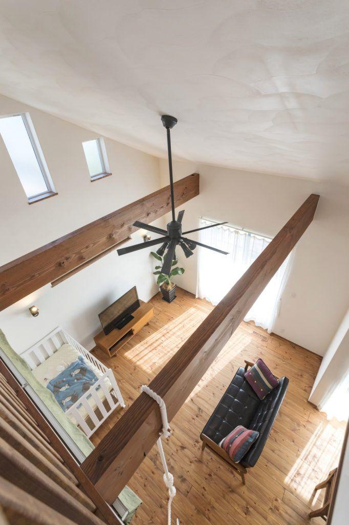 かわいい絵本がならぶ 自然素材の家 リビング 梁 家 リビング 天井
