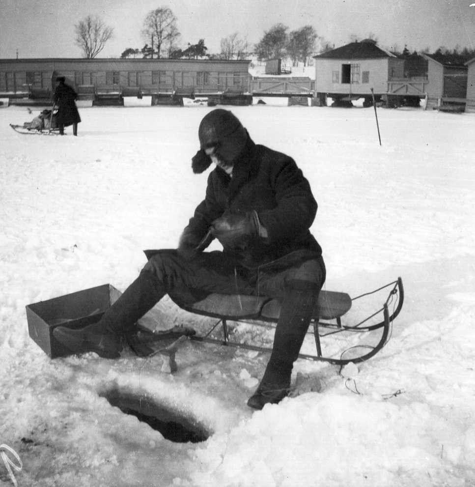 Ivan Timiriasew 1917.  Pilkkijä jäällä Kaivopuiston edustalla. Taustalla Ullanlinnan laituri.