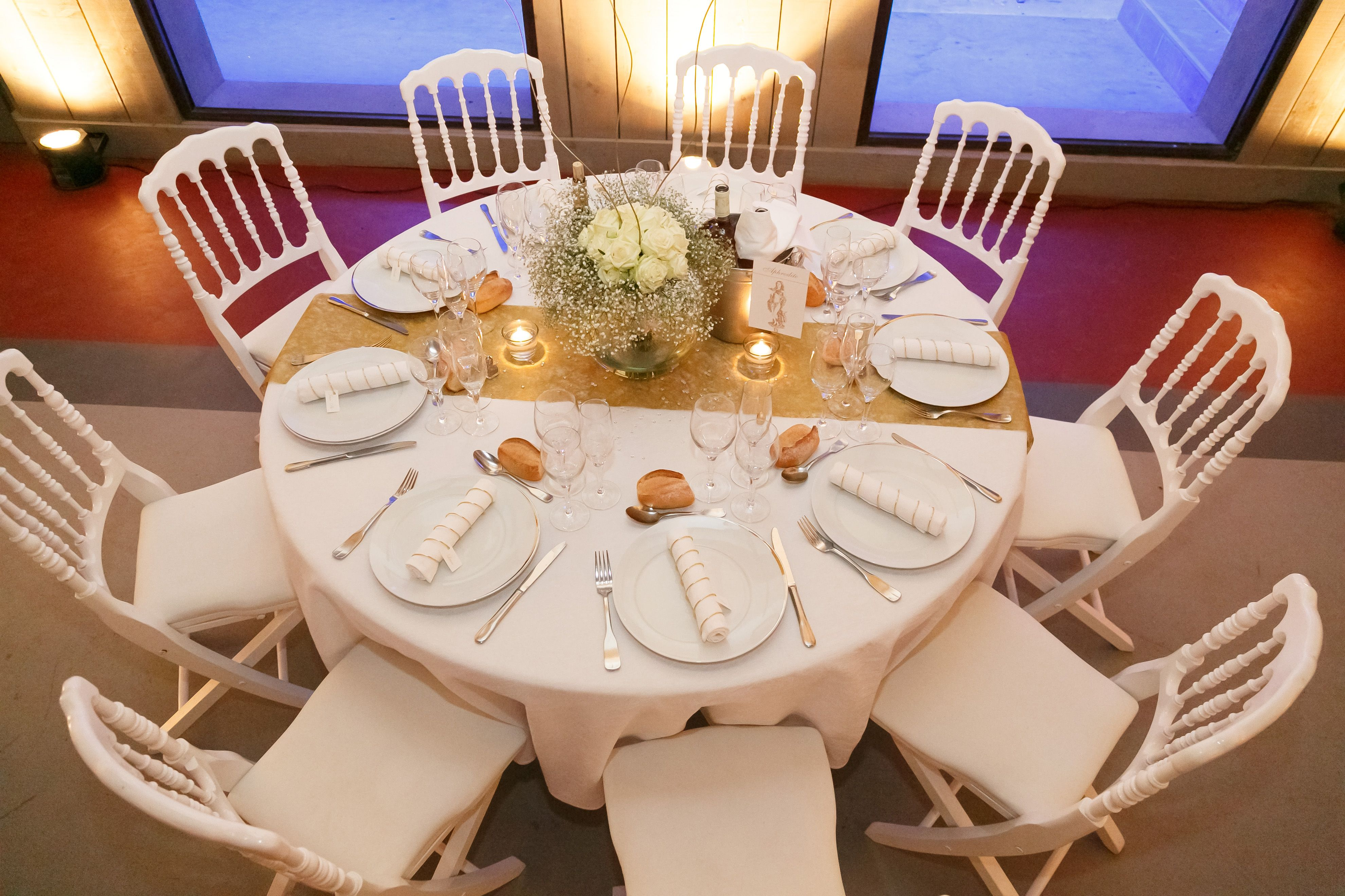 Décoration table, nom dieux grecs, mariage, blanc et or, roses blanches,