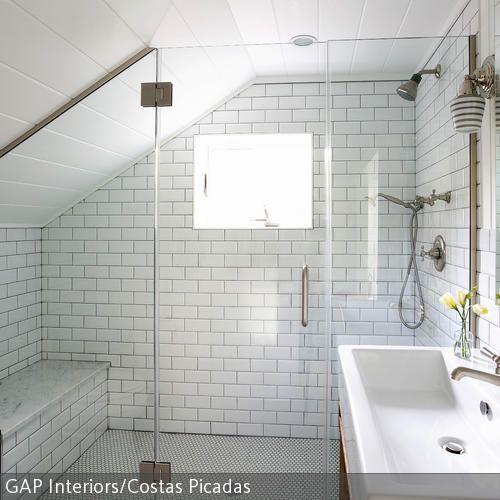 Die Dachschräge Wird In Diesem Badezimmer Durch Die Sitzbank Gekonnt  Genutzt, Sodass Der Fehlende Platz