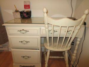 Bureau de travail style rétro blanc cassé avec chaise assortie