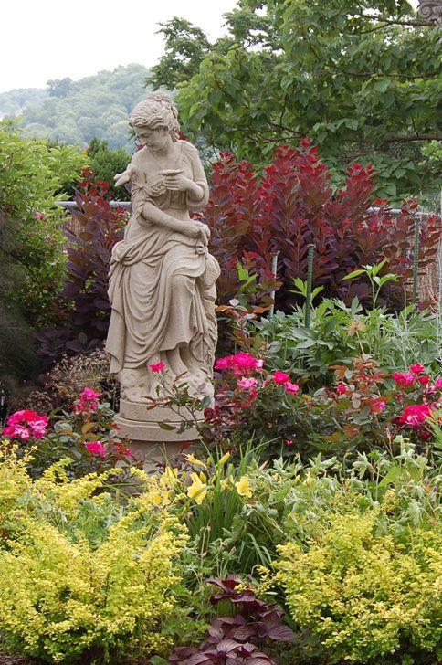 Feminine statuary