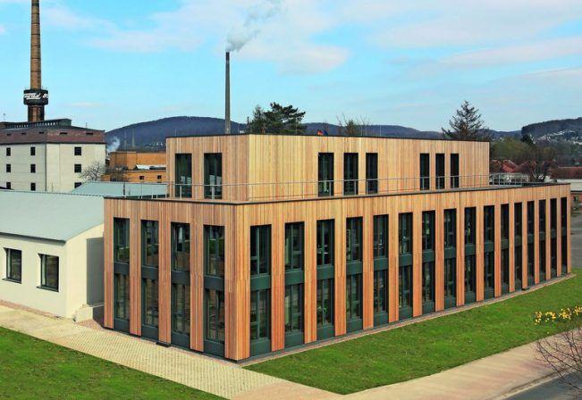 Die Architekten Biwermau und Wilfried Köhnemann haben im niedersächsischen Alfeld ein Bürogebäude aus Holz errichtet. Das komplette Tragwerk sowie große Te