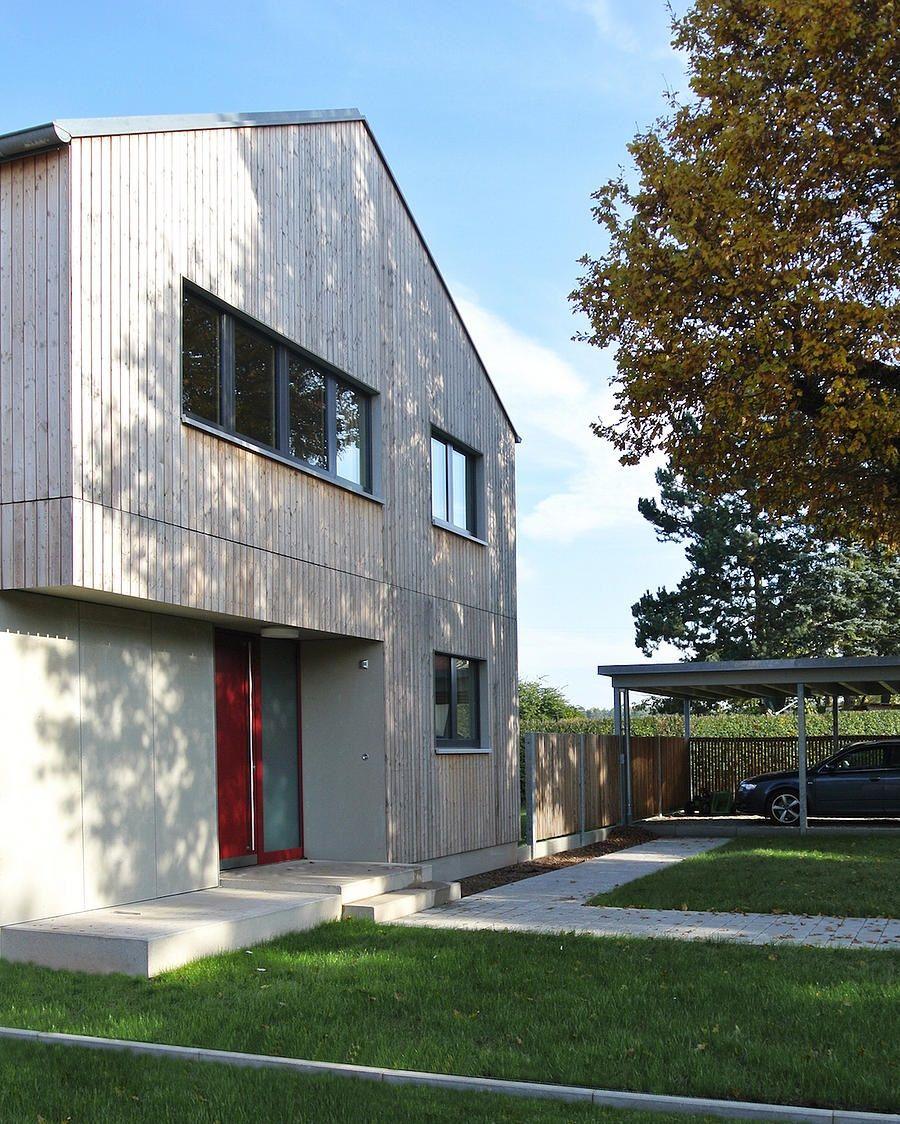 einfamilienhaus modern holzhaus satteldach holzfassade modern baustil modernes carport. Black Bedroom Furniture Sets. Home Design Ideas