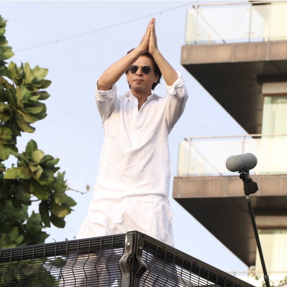 Dt 05.06.2019 SRK thanking his fans gathered in large