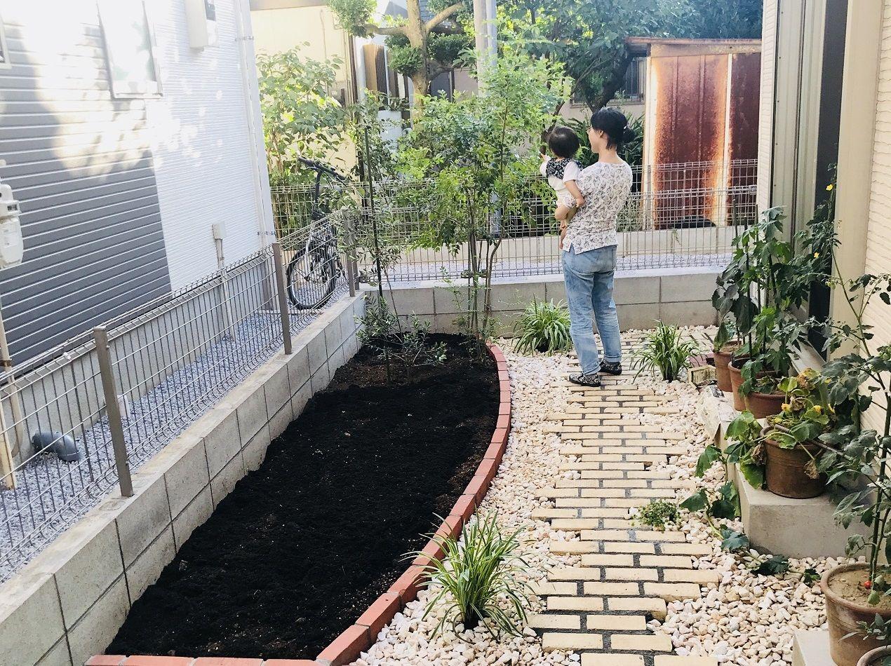 レンガの小径でつなぐ家庭菜園のあるナチュラルな庭 庭 家庭菜園
