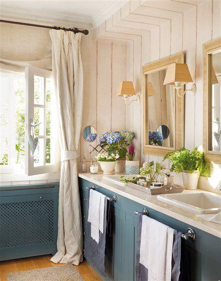 Baño con lavamanos doble y mueble en azul