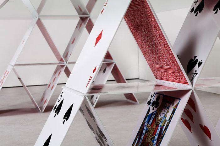 Карточный домик - стол грозиться вот-вот рухнуть - http://mebelnews.com/interjer/kartochnyj-domik-stol-grozitsya-vot-vot-ruxnut.html