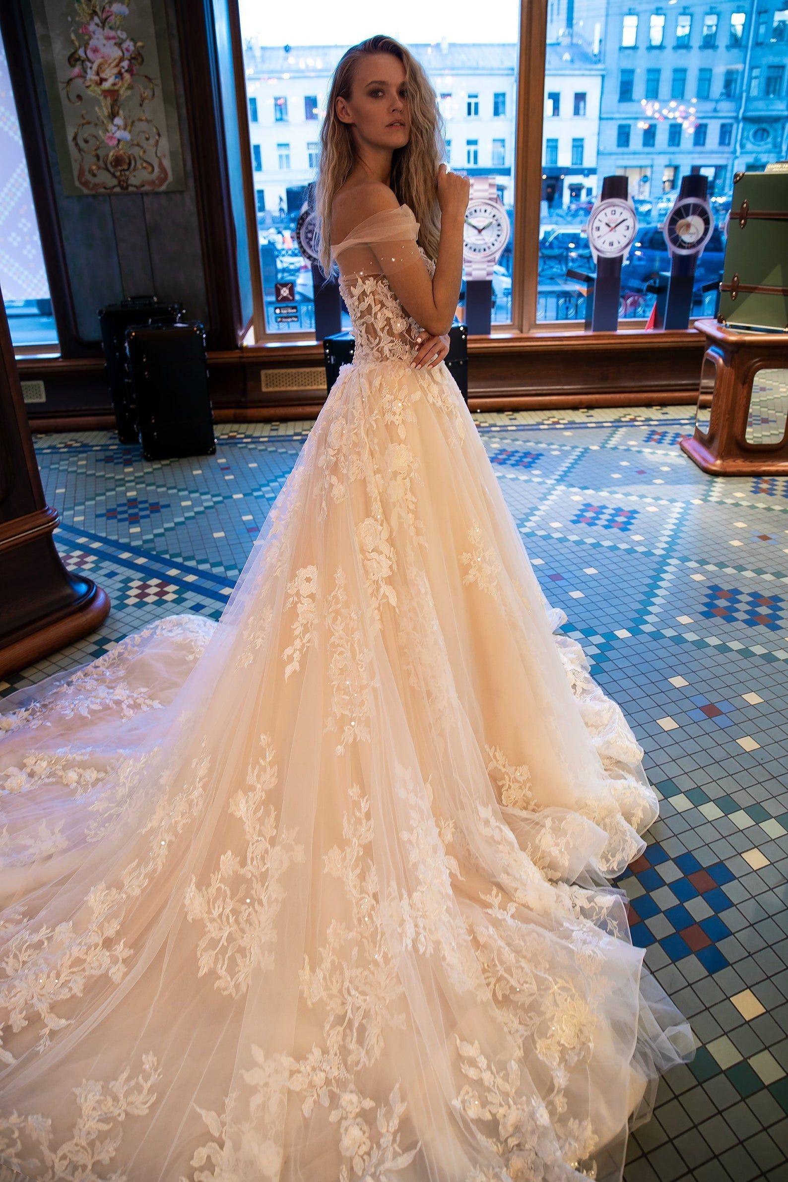 Robe de mariée glamour Jane par Olivia Bottega avec traînée. Robe de mariée en tulle doux. Dentelle avec des éléments de fleurs 3D. Une robe de mariée en ligne.   – Wedding dresses