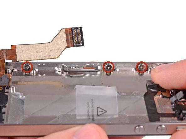 8. Løsn de tre storePhillips-skruene på den andre siden av iPhone omtrent en halv omdreining.