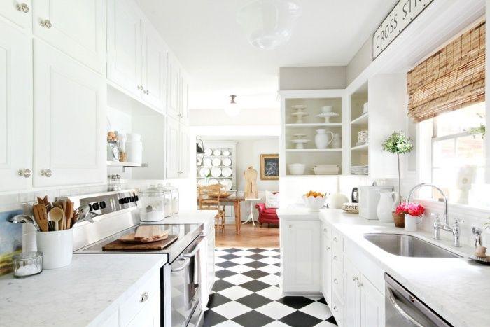 schwarz-weiße Bodenfliesen im Schachbrettmuster in der weißen Küche ...