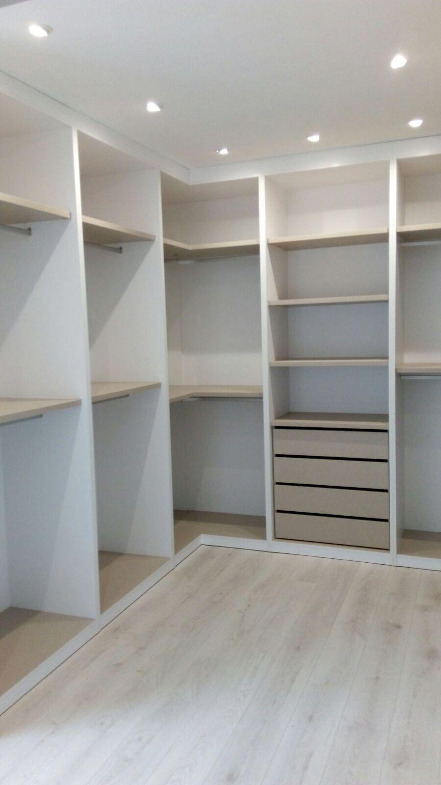 vestidor sin puertas el vestidor puede disearse en una sola pared en dos en forma de ele o en tres en forma de u las ventajas de un vestidor abierto - Vestidor Abierto