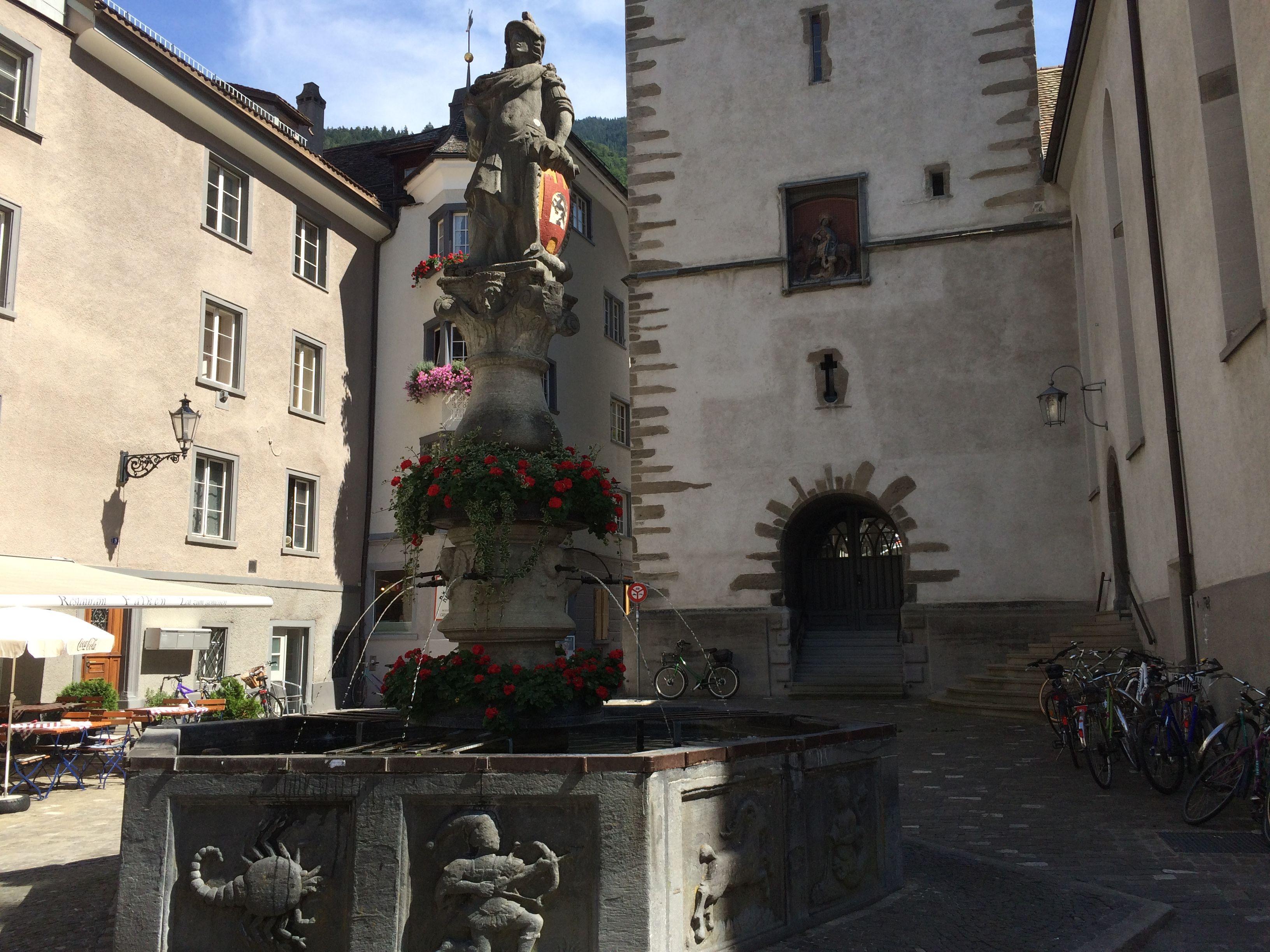 Op de St. Martinplatz staat een  fontein waar afbeeldingen van de dierenriem op staan. #Chur #Graübunden