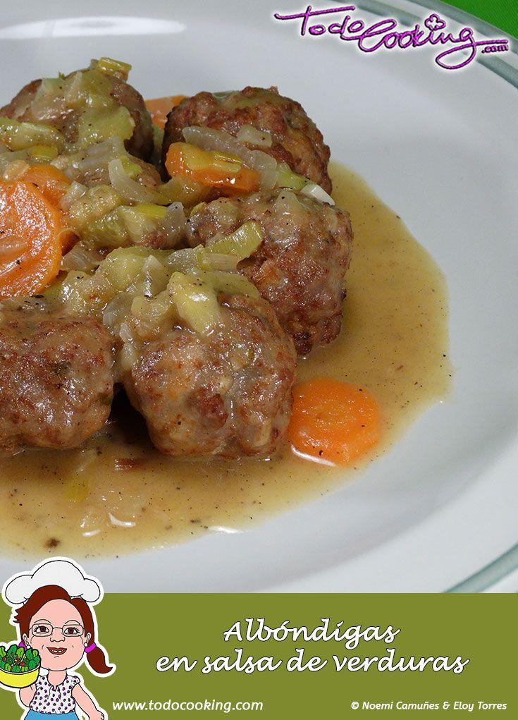 Albóndigas en salsa de verduras -- Un guiso de albóndigas en salsa de verduras, perfecto para tener preparado con antelación e ideal para conseguir que los niños coman verduras #receta #albondigas #verduras