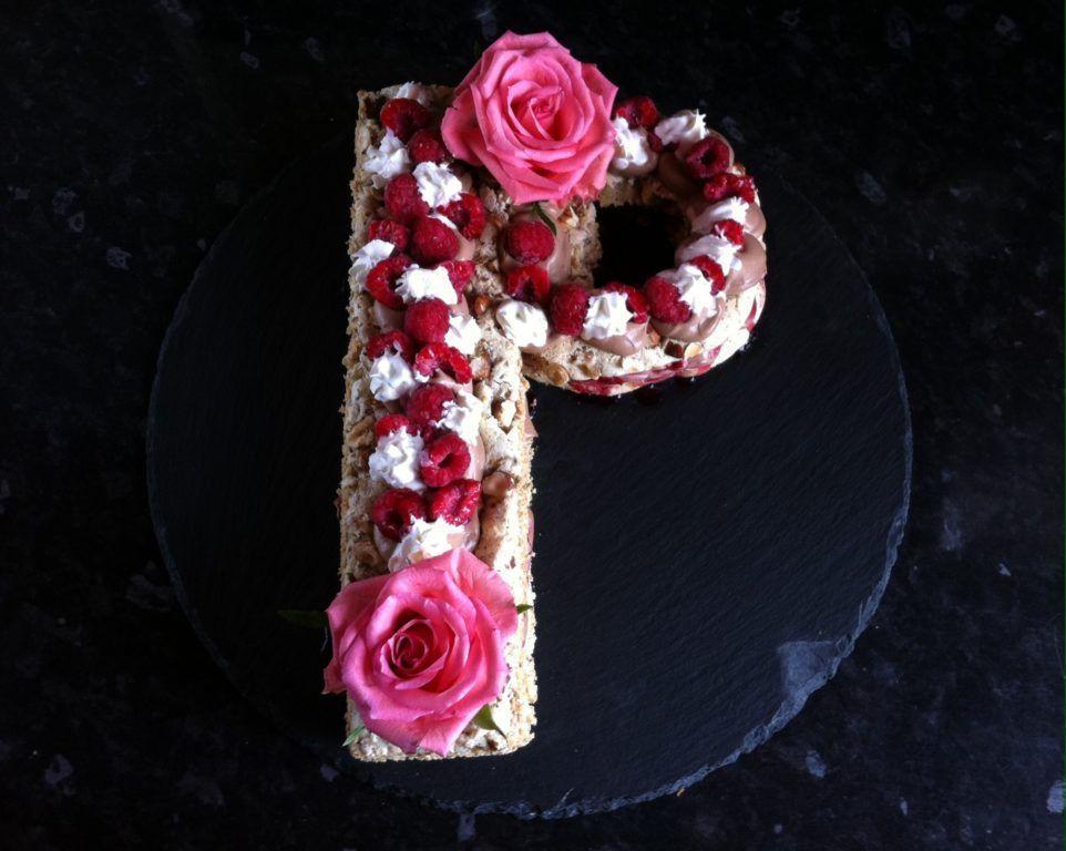 Letter cake Dacquoise noisette chocolat et framboises #dacquoisenoisette Letter cake Dacquoise noisette chocolat et framboises, un délicieux dessert aux notes sucrées qui ravira vos papilles. #dacquoisenoisette
