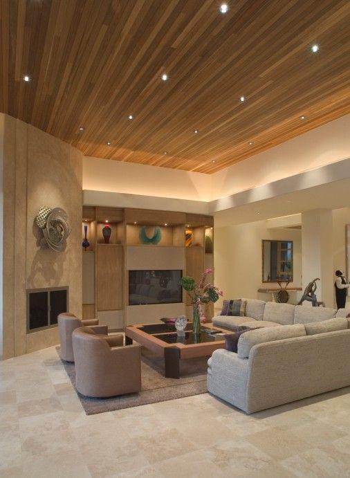 Großes Wohnzimmer in Beige Farbschema mit erhöhten Holzdecke ...
