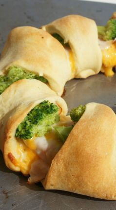 Chicken & Broccoli Crescent Roll Recipe - an easy and nutritious meal for your whole family!