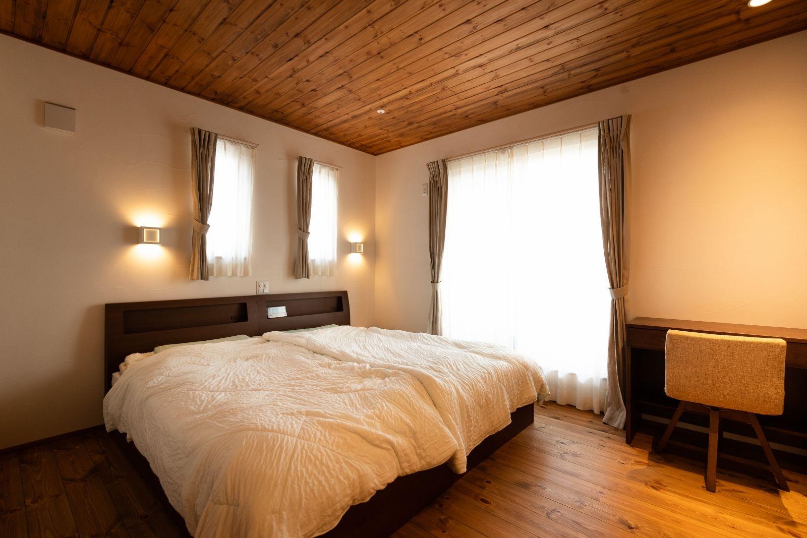 丸窓の和モダン住宅で 自然素材 に包まれた豊かなくらし 住宅 寝室