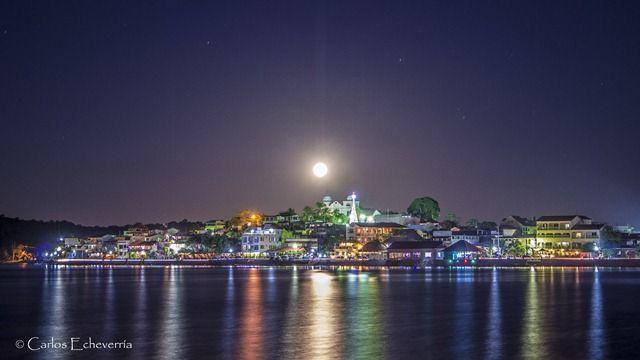 Luna llena en Isla de Flores, Peten, Guatemala