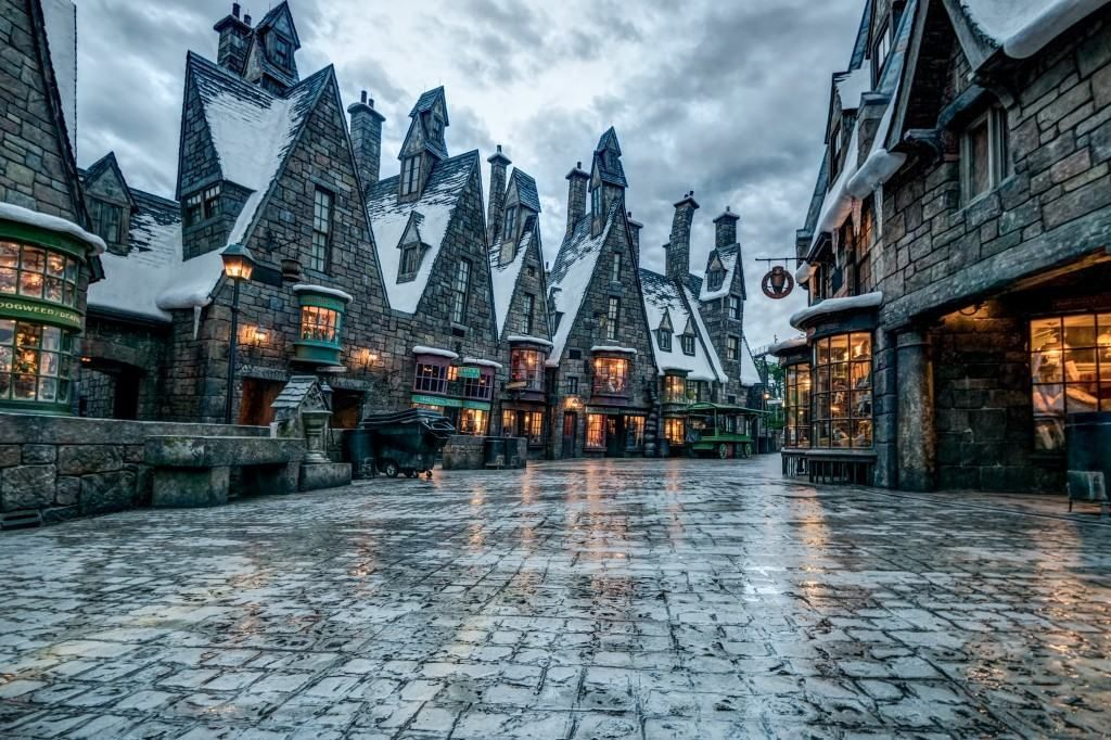 9 Remarkable Photos Of The Wizarding World After Hours Hogsmeade Village Hogwarts Harry Potter Aesthetic