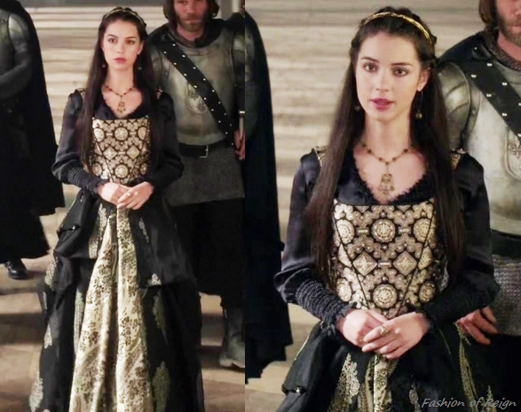 "In the episode 2x01 (""The Plague"") Mary wears a corset and skirt made by Reign Costume Department. Worn with an Anthropologie necklace, this Jennifer Behr headband, Gillian Steinhardt labyrinth and signet rings."