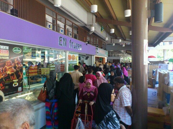Best Last Minute Shopping Rush At The Popular Geylang Serai 400 x 300