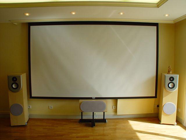 Installation Salon Cinéma 7.1ch, écran De Projection Dalite, Projecteur  Sharp, Enceintes LCR