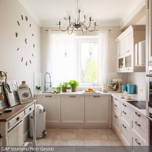 Die Einbauküche im Landhausstil bietet reichlich Platz für