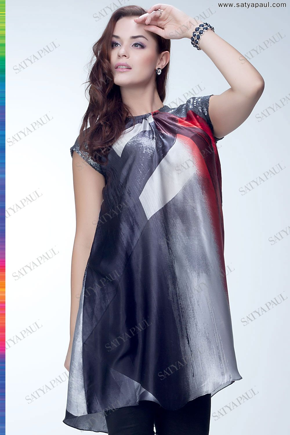 This striking tunic comes in a placement digital print in