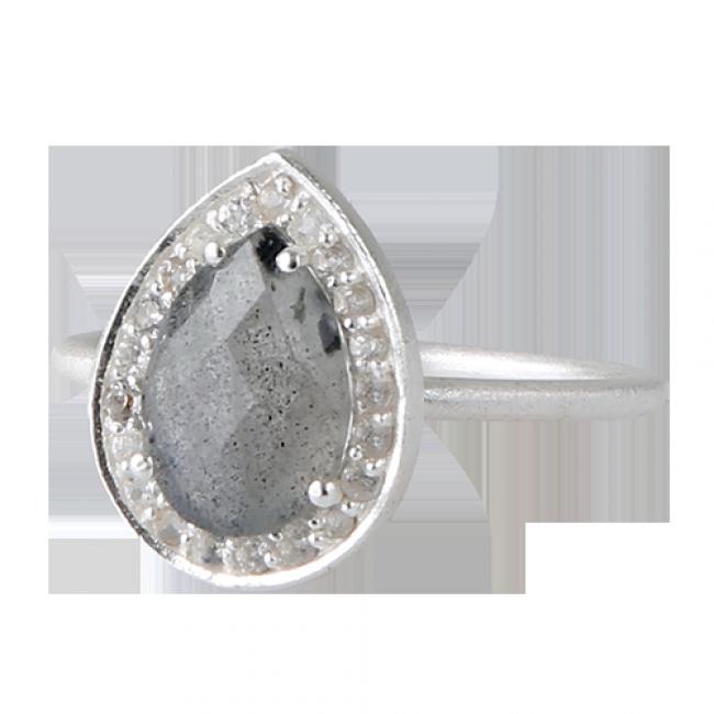 Smuk sølvring med dråbeformet labradorit omkranset af hvid topas