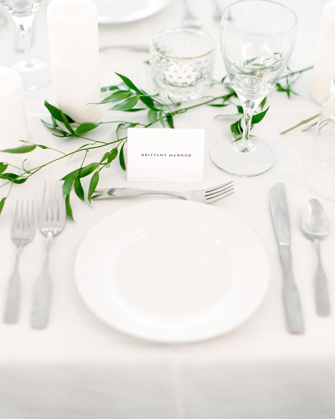 Simple table setting natural greenery wedding for Modern christmas table settings ideas