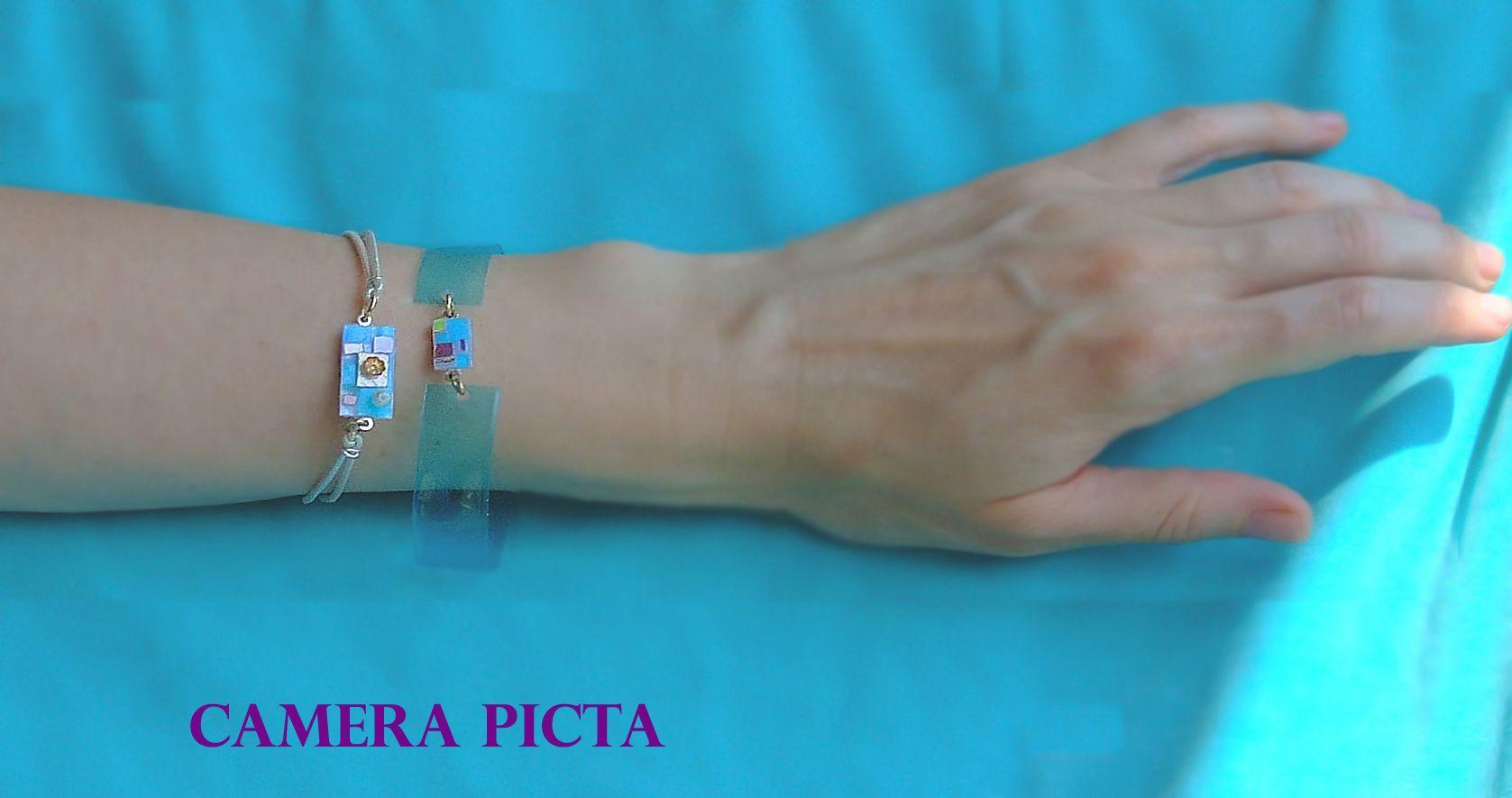 Serie di gioielli ispirata ai miei colori preferiti. Il motivo geometrico ripreso in ogni singolo pezzo, vuole essere un libero omaggio ai mosaici bizantini delle volte del Mausoleo di Galla Placidia a Ravenna. Nella foto sono riprodotti i due bracciali. Elementi centrali realizzati con lamine plastiche e brillantini, perle e fiorellini dorati.