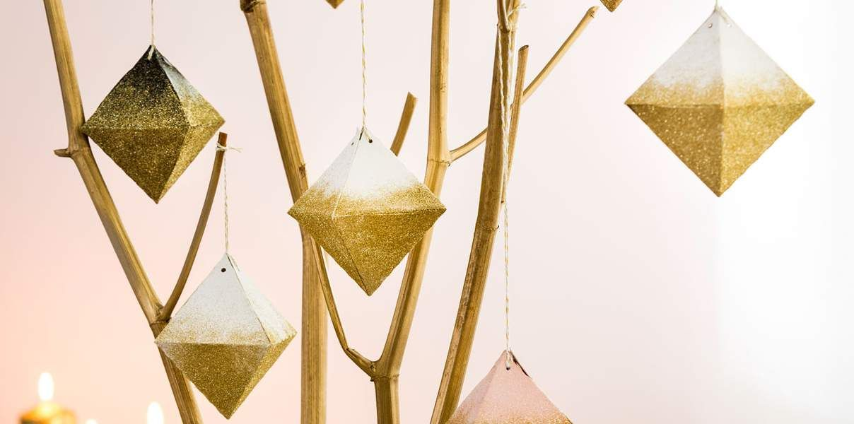Créez de jolies suspensions diamants pour votre déco de Noël. Ambiance chic garantie !