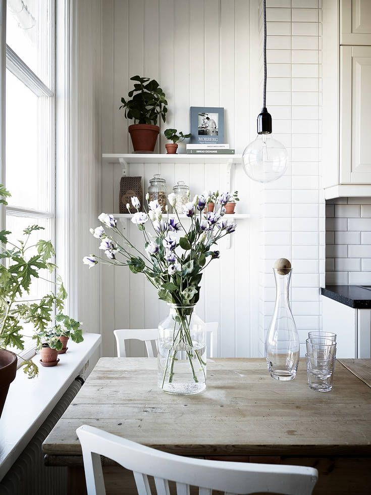 En mycket fin landshövdingehustrea med högt i tak och härligt ljusinsläpp. Originaldetaljer såsom spegeldörrar, lister, takrosetter, väggspont, skafferi och spröjsade fönster har bevarats, och i vardagsrummet, matsalen, sovrummet och hallen pryds golven av fiskbensparkett. De handblåsta fönsterglasen bryter solens strålar på ett vackert sätt. Ett tyst och ostört boende erbjuds, och sällskapsrummen ligger i fil … Continued