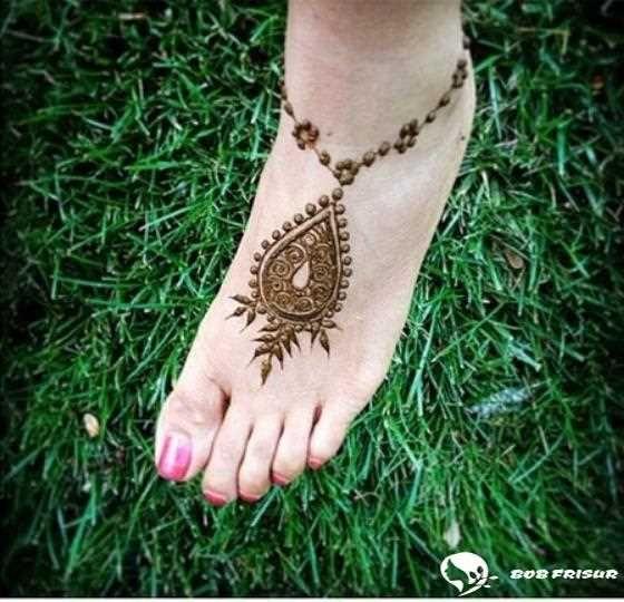 Top 50 Fuß Henna Designs 20192020 is part of Henna designs easy, Foot henna, Henna designs feet, Henna designs, Henna tattoo foot, Cool henna designs - Henna (oder Mehndi) ist ein temporäres Tattoo, das den weiblichen Körper exotisch und schön schmückt  Diese Art von Tätowierung ermöglicht es Frauen, ohne Schmerzen an verschiedenen Stellen ihres Körp