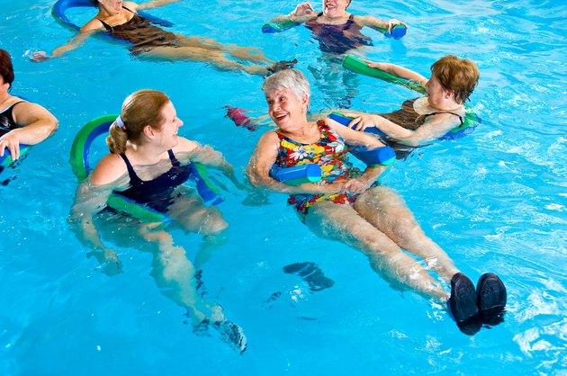 Gymnastik im Wasser, um Gewicht zu verlieren