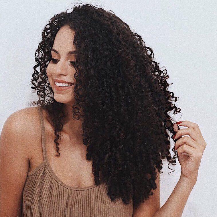 Bora papear! Qual palavra define seu cabelo? ❤️ Pra mim é amoooor, muito amor!  #cacheadasdanandasoares