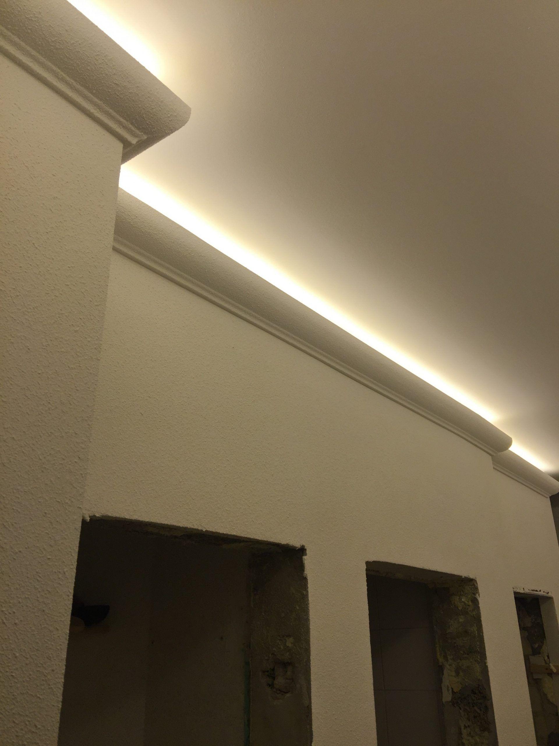 Abgehangte Decke Mit Indirekter Beleuchtung Und Strahlern Wohnzimmer Und Flure Beleuchtung Wohnzimmer Decke Indirekte Beleuchtung Beleuchtung Wohnzimmer