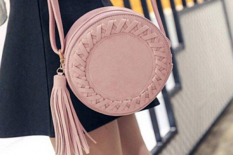 cf834fb20b Alerta #trend: bolsa redonda é tendência e fica linda em looks de festa e  casuais