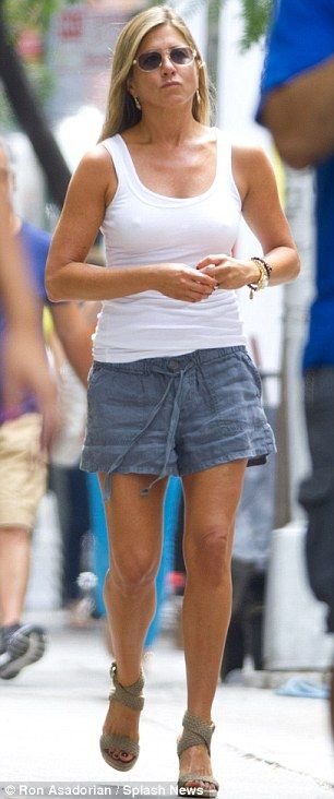 Totally transformed! Jennifer Aniston arrives to the set ...